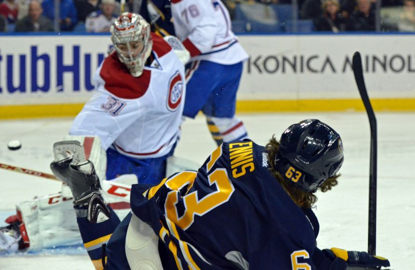 Sabres score fluky goal late, beat Canadiens